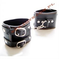 Czarne kajdanki na nogi z łańcuszkiem