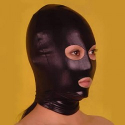 Czarna maska z otworami na oczy i usta